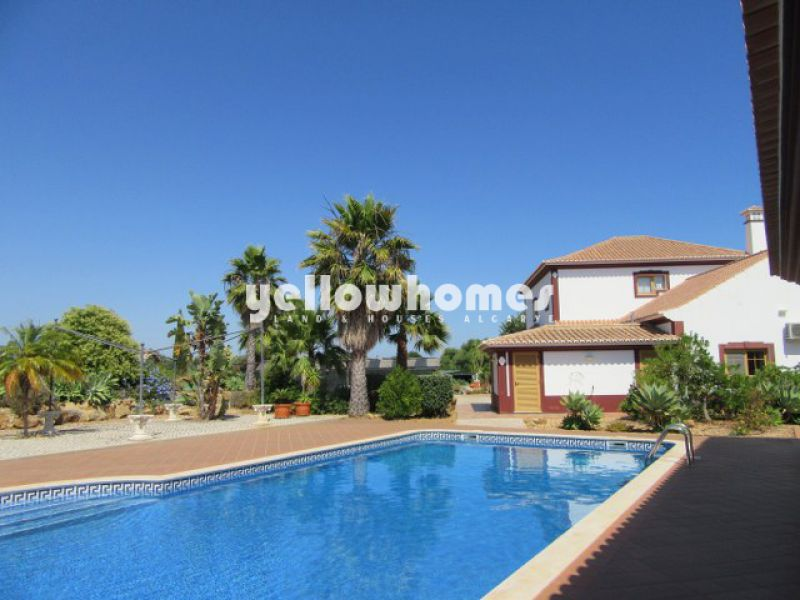 Imposing Villa with swimming pool only a short drive from the coast