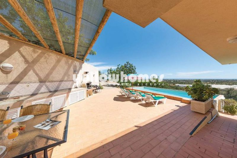 Quality villa with heated pool and sea views near Estoi