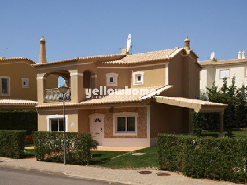 3 bedroom Villa with pool and carport in quiet residential area