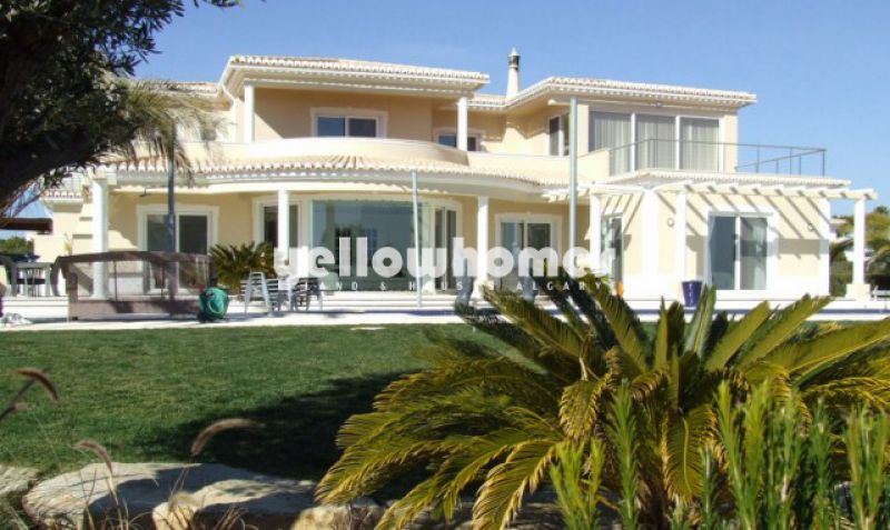 Luxurious 4 bedroom Villa with overflow pool and stunning sea views