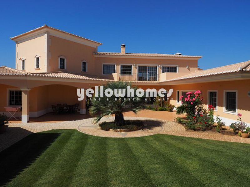 High quality luxury 4 bedroom Villa with private pool and garage near Portimão.