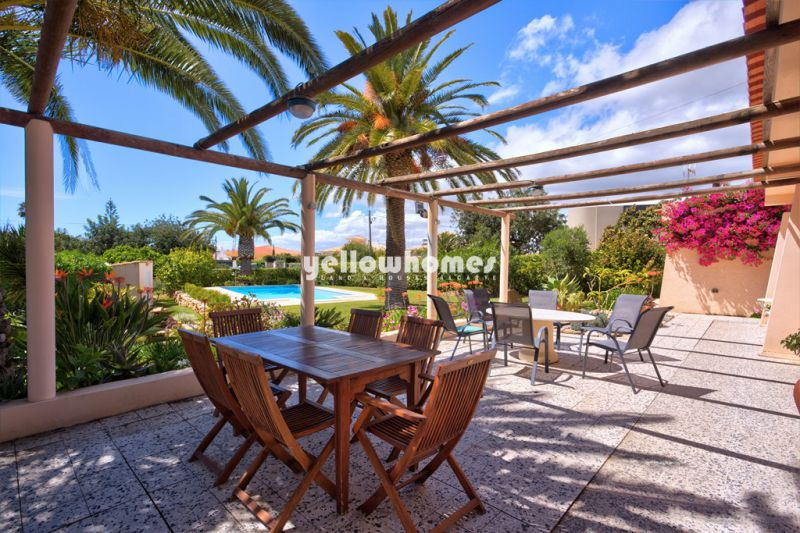 Well maintained 4-bed villa with pool and south west facing garden