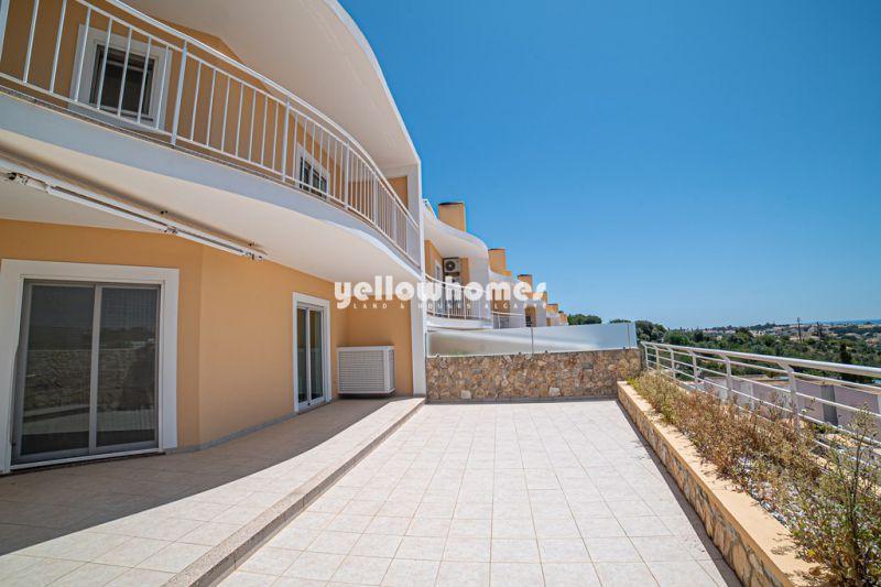 Espaçosa moradia V5 em banda com vista mar perto de Albufeira