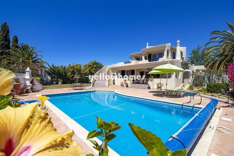 Elegante e clássica moradia V4 com piscina privada no Carvoeiro