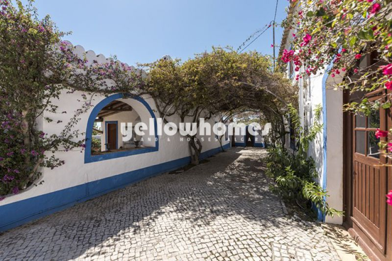 Magnificent spacious Quinta with several annexes, 13 bedrooms and sea views