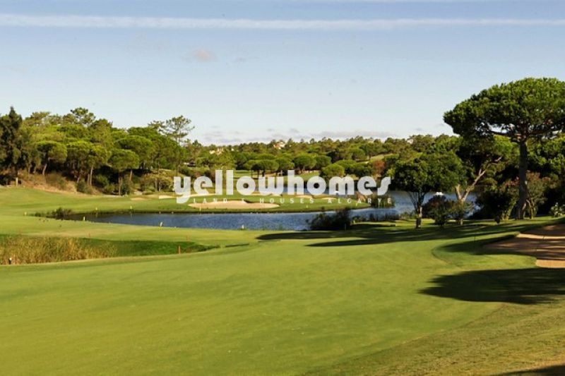Building plot overlooking the golf course in Quinta do Lago