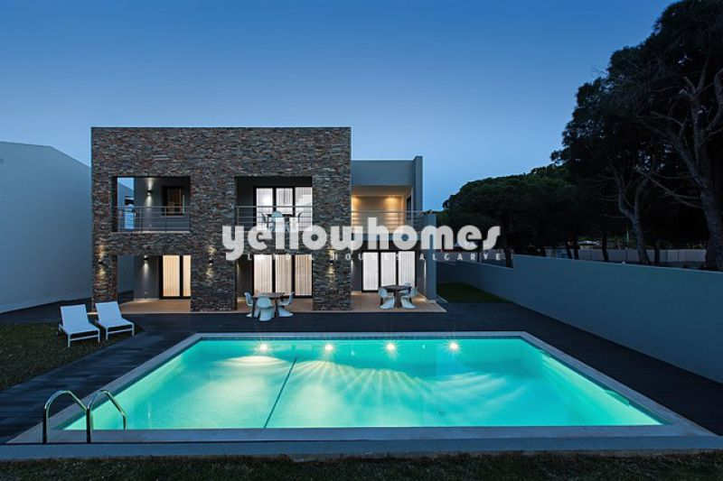 Contemporary 5+1 bedroom villa only 200 m from the beach of Olhos de Agua