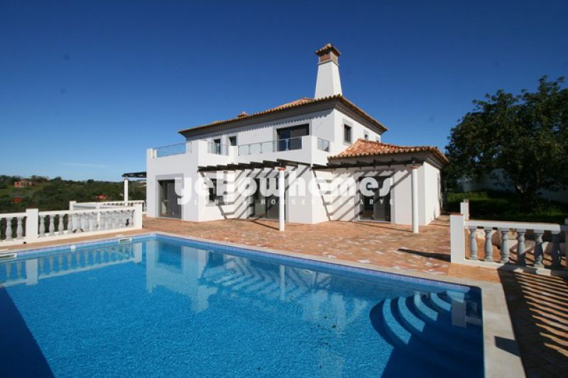 Well built 4 bedroom villa with swimming pool near Moncarapacho