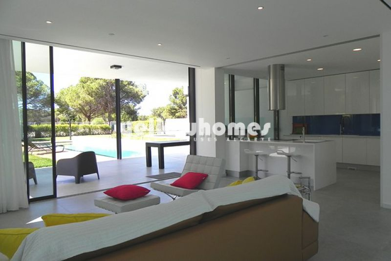 6 bedrooms contemporary villa with pool in the centre of Vilamoura