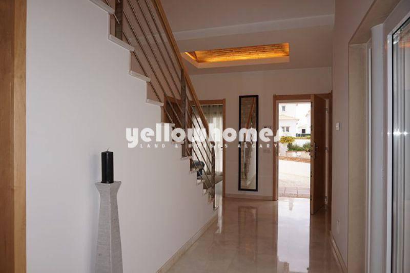 Moradia T5 contemporânea num condomínio em Vilamoura