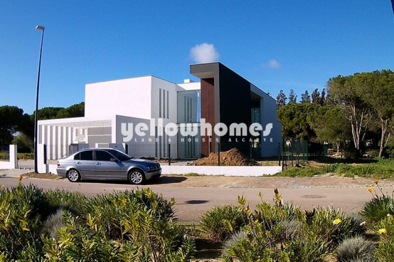 Moradia contemporânea em construção frente ao golfe na Vila Sol
