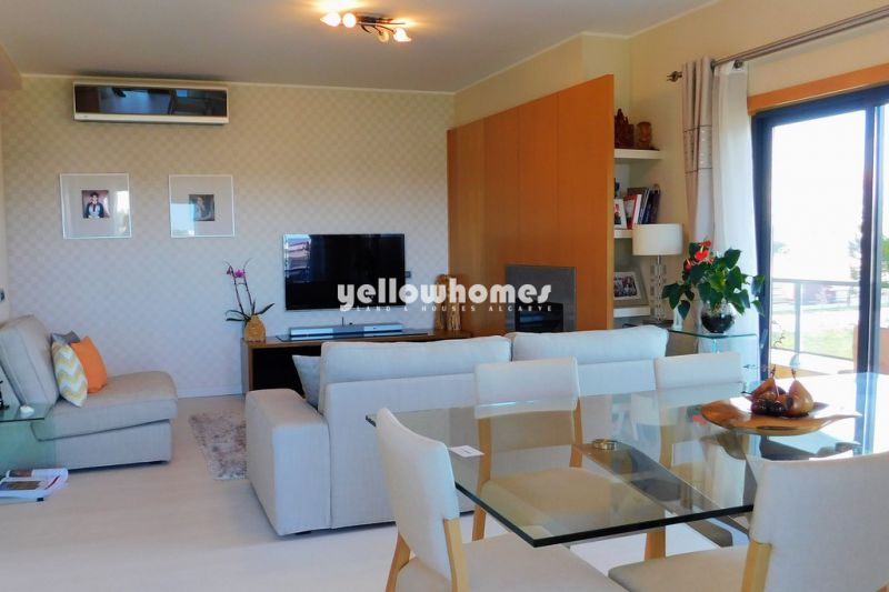 Modern 2-bedroom corner apartment in a prime front line position in Quarteira