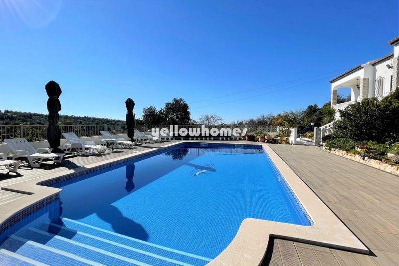 Grandiosa moradia V4+2 implantada num grande terreno com piscina perto de Loule