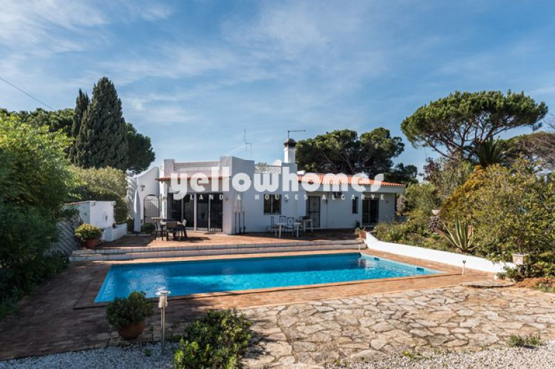 3 bedroom villa on good size plot close to the beach near Vale do Lobo