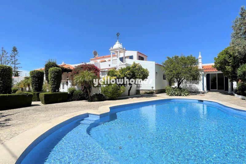Charmosa moradia em estilo palácio português com anexo para hóspedes perto do mar