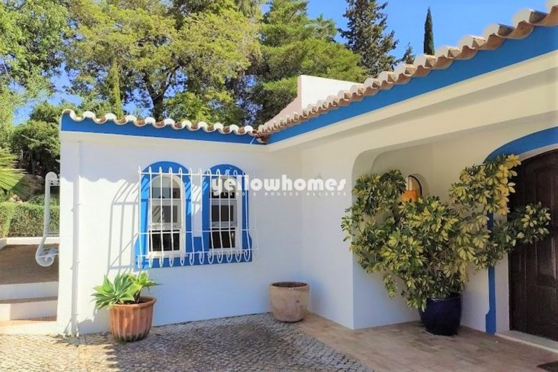 Well maintained 5-bed villa with pool near Sta. Barbara with stunning sea views